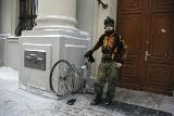Kurier utknął... przez śnieg