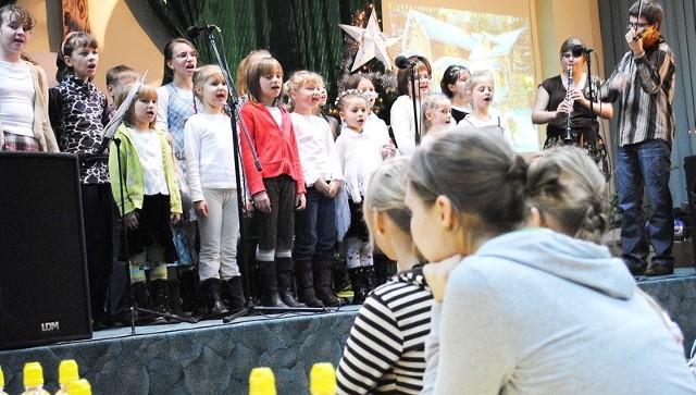 Dzieci ze scholi parafii Podwyższenia Krzyża Świętego śpiewały kolędy swoim rówieśnikom i ich rodzicom objętym opieką MOPR-u