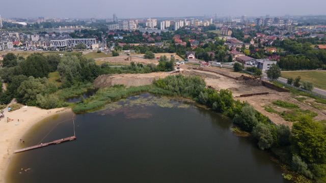 Ruszyły prace budowlane na brzegu kąpieliska Żwirownia w Rzeszowie.