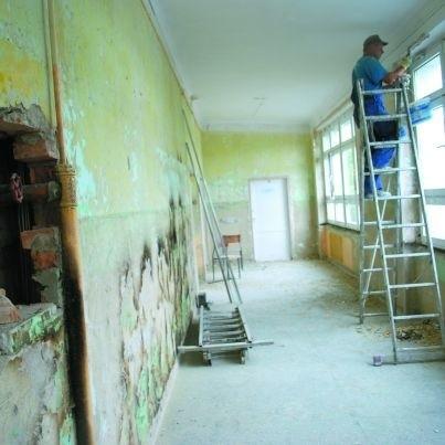 """Tak obecnie wygląda drugie piętro Szkoły Podstawowej nr 2. Prace wykonuje firma """"Trusmo""""."""