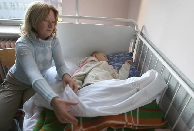 Gdy Joanna Polańska odwiedziła wczoraj rano 3-letniego syna w szpitalu, kaloryfery były już zimne. Od razu zaczęła działać. - Założyłam mu piżamę, bluzę z polaru. Teraz nie zmarznie - mówi.