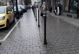 Kraków. Słupki na środku chodnika? Chodzi o nowe miejsca parkingowe na Rynku Kleparskim