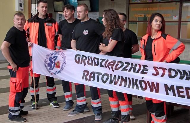 O godz. 12 rozpocznie się protest ratowników medycznych pod Urzędem Wojewódzkim w Bydgoszczy. Ekipa z Grudziądza także się dołącza. Właśnie kilkunastu ratowników medycznych z Grudziądza jest w drodze do Bydgoszczy.