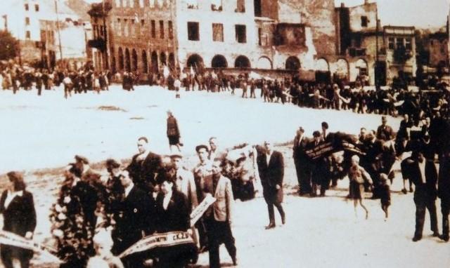 Tych sklepików było w sumie  może z dziesięć, obok nich mieściły się też i biura. Na końcu Szklanego Dachu znajdowały się duże, szerokie schody, na górze kamienicy mieszkała właścicielka pasażu, prawdopodobnie Niemka, przed wojną w Białymstoku mieszkało dużo Niemców. No i był jeszcze stróż, pamiętam miał sztywną nogę, pilnował wszystkiego.
