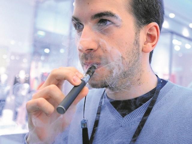Ministerstwo zdrowia przekonuje, że na ograniczenia związanych z e-papierosami zyskają obywatele.
