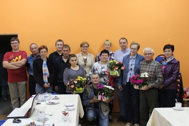 """Zarząd stowarzyszenie """"Światło"""" na zebraniu."""