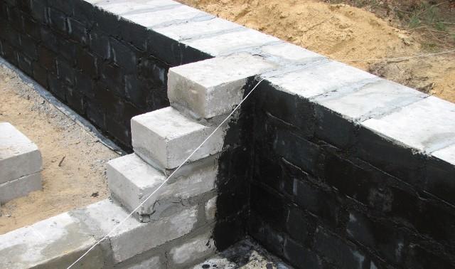 Ściany fundamentowe można odlać z betonu, wykonać z prefabrykatów lub wymurować. Każde rozwiązanie ma swoje zalety i ograniczenia.