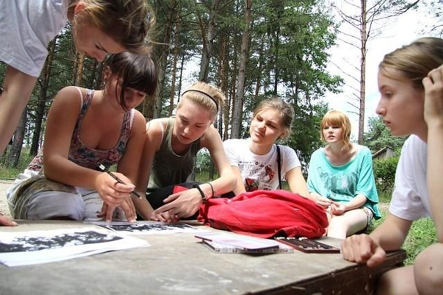 Dziewczyny na projekcie obrazu malują siatkę, by można było przenieść go na płótno o wymiarach: 3,5 metra wysokości i 7 metrów szerokości. Na zdjęciu od lewej: Martyna Adamiak, Martyna Cybuch, Sigita Markauskaiti, Julija Skudutyte, Beata Borkowska.