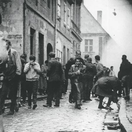 Całe śródmieście spowijały opary gazu łzawiącego. Na zdjęciu zrobionym przez agentów Służby Bezpieczeństwa widać demonstrantów na ul. Mickiewicza.