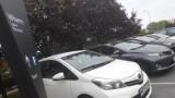 Parking przy salonie Toyota Centrum Wrocław. Kto pierwszy, ten lepszy