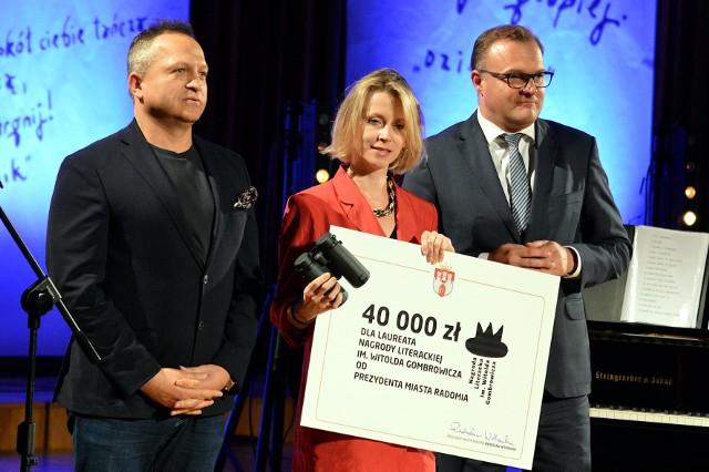 Aleksandra Lipczak otrzymała Nagrodę Literacką Gombrowicza. Nagrodę wręczyli laureatce prezydent, Radosław Witkowski i Jarosław Krzyżanowski, sponsor. Nagroda wynosi 40 tysięcy złotych.