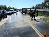 Wypadek na Lotniczej. Woda leje się z wyrwanego hydrantu