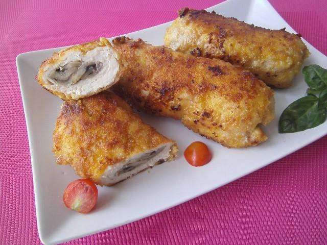Kotlet de volaille (dewolaj)  z piersi kurczaka z grzybami to pomysł na smaczny obiad.