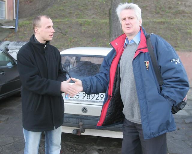 - Czemu mi pan nie patrzy w oczy - zdaje się pytać Olgierd Moskalewicz (z lewej) kierownika drużyny Ryszarda Mizaka.