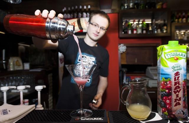 W Koszalinie szkolili się przyszli barmaniPolacy, zamiast po wódkę z colą, coraz częściej sięgają po wymyślniejsze, wieloskładnikowe drinki.