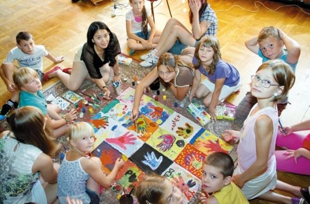 Dzieci poznały kulturę Indonezji w klubie osiedlowym Centrum Stok.