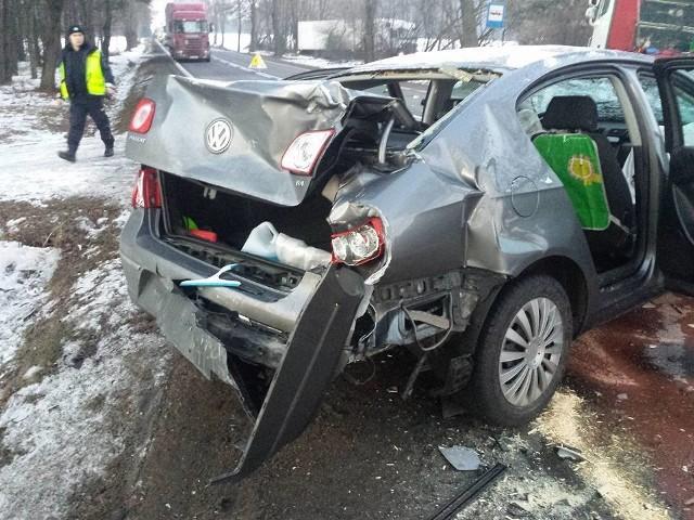 Ze wstępnych ustaleń wynika, że samochód osobowy jechał w kierunku Augustowa. W jego tył wjechała laweta, która zepchnęła passata na przeciwny pas ruchu. Tam doszło do zderzenia z jadącą z naprzeciwka ciężarówką.