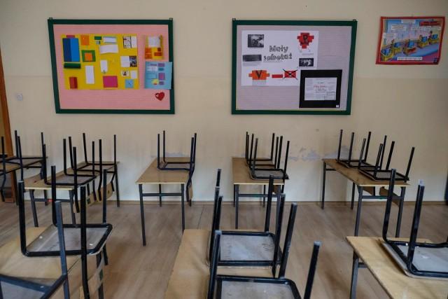 Szkoły czekają na powrót najmłodszych uczniów.