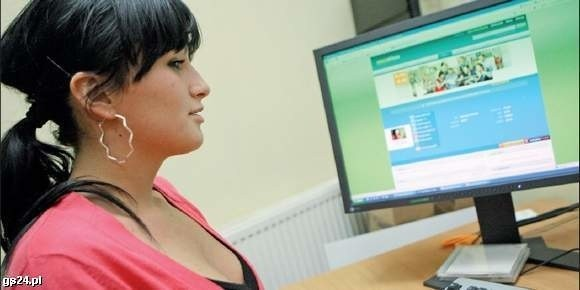 Kamila Łaga przed komputerem. Z niepokojem śledzi wędrówkę swoich zdjęć w internecie.