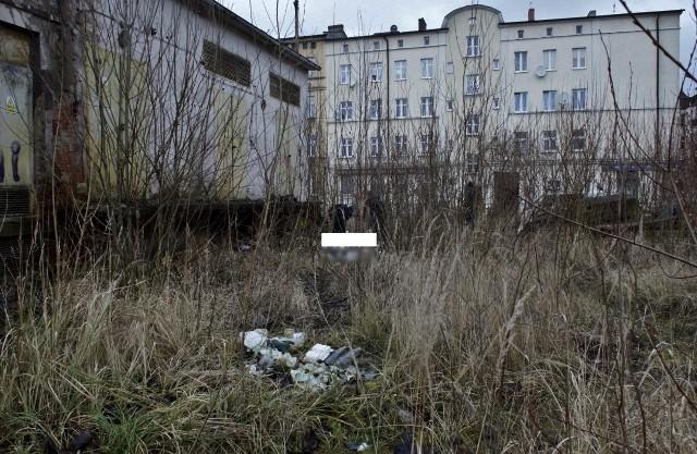 W dniu dzisiejszym (28 grudnia) przed południem, mieszkaniec ul. Żeromskiego zauważył leżącego w krzakach mężczyznę. Wezwany na miejsce zespół ZRM z lekarzem, stwierdził zgon mężczyzny. Na miejscu czynności dochodzeniowe prowadził prokurator.