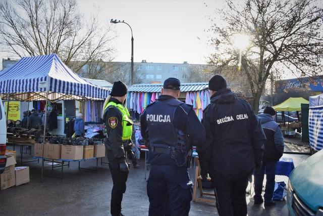"""Straż Miejska wspólnie ze Służbą Celną oraz policją prowadzą działania """"AKCYZA"""" na terenie Białegostoku. To akcja, która ma pomóc w zidentyfikowaniu handlarzy oraz miejsc, w których najczęściej dochodzi do sprzedaży nielegalnego towaru."""