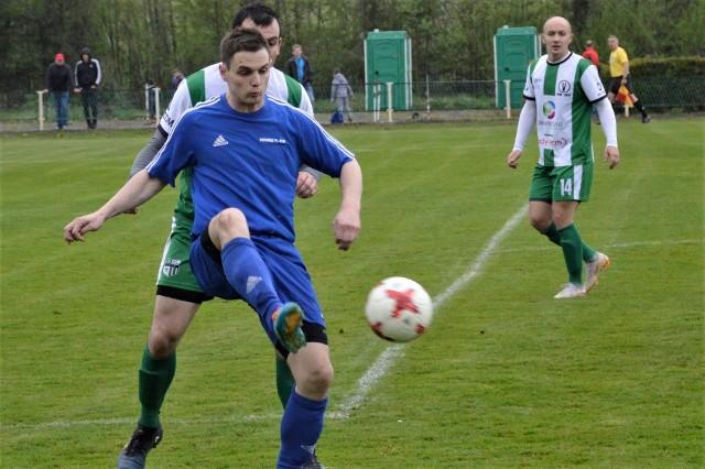 Niwa Nowa Wieś pokonała Victorię 1918 Jaworzno 2:1 (wadowicka 5 liga piłkarska). Wynik spotkania szybko otworzył Mariusz Piskorek (z piłką) atakowany przez Łukasza Gembalę.