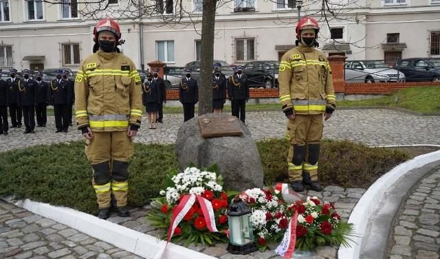 Dzień św. Floriana upamiętniono mszą i złożeniem kwiatów pod kamieniem ku czci strażaków przy ul. Masztalarskiej.Zobacz także:W Poznaniu otworzy się Primark