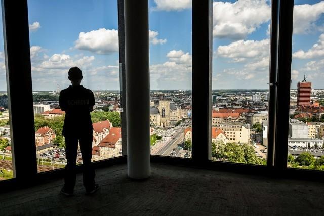 """Dotarliśmy już na najwyższe piętra nowego poznańskiego wieżowca. Zobacz, jak wygląda panorama Poznania z Bałtyku.Stolicę Wielkopolski z góry każdy chętny będzie mógł podziwiać w niedzielę (4 czerwca) od godz. 11.30 do 15.30. Wjazdy na dwunaste piętro Bałtyku zaplanowano co pół godziny.Wstęp jest wolny, nie wymagane są też wcześniejsze zapisy. Jedynym ograniczeniem jest liczba osób w grupie. Maksymalnie w jednej turze na górę będzie mogło wjechać 30 osób.Przejdź do kolejnego zdjęcia ---><iframe src=""""//get.x-link.pl/d95a3970-f452-cf11-7a4c-8efab19b62d3,1c97b4c1-7717-e555-fc80-95b67202858b,embed.html"""" width=""""640"""" height=""""360"""" frameborder=""""0"""" webkitallowfullscreen="""""""" mozallowfullscreen="""""""" allowfullscreen=""""""""></iframe>"""