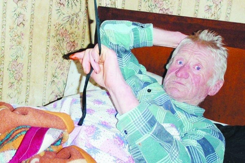 Lucjan Godlewski dochodzi do zdrowia w domu. Opiekują się nim przyjaciele i sąsiedzi. Poskręcana na śruby kość musi się zrosnąć. – Mam nadzieję, że wkrótce będę znów chodził – mówi 71-latek.
