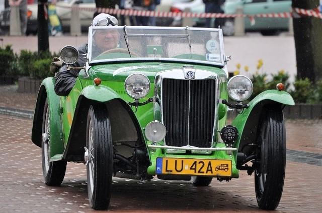 Na tarnobrzeskim rynku rywalizowało blisko trzydzieści załóg samochodowych.