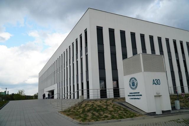 Technologie obiegu zamkniętego to nowa propozycja Politechniki Poznańskiej dla tych, którzy interesują się chemią i jednocześnie przejmują się jej wpływem na środowisko naturalne. Nowy kierunek oferuje projektowanie nowatorskich i innowacyjnych materiałów użytkowych z możliwością ponownego ich wykorzystania, a wszystko w myśl zasady zrównoważonego rozwoju