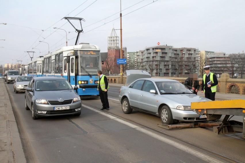 Zepsuty samochód zablokował ruch tramwajów na moście...