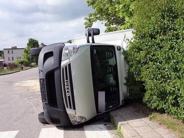 Iveco przewróciło się na bok na skutek uderzenia.