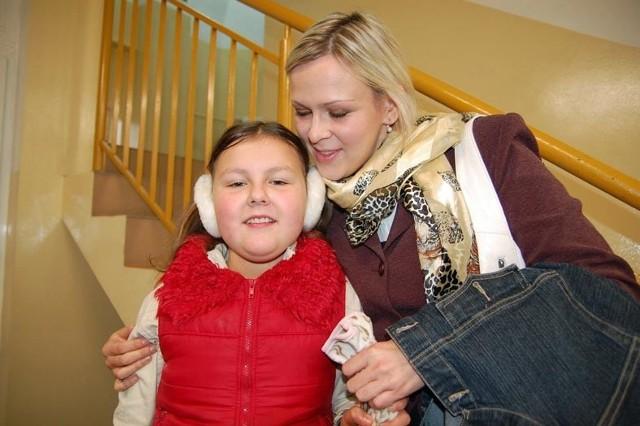 Pani Larisa z córką Julią w szczecineckim sądzie: – Chcę żeby brat wrócił do nas – mówi dziewczynka.