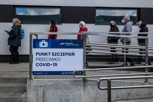 Wielu specjalistów powtarza, że samo szczepienie nie oznacza końca epidemii. Żadna szczepionka nie ma 100-procentowej skuteczności, dlatego nawet po szczepieniu można zarazić się koronawirusem. Ministerstwo Zdrowia podało, ile osób w Polsce zachorowało na COVID-19 już po szczepieniu. Zobacz najnowsze informacje na kolejnych slajdach >>>>>