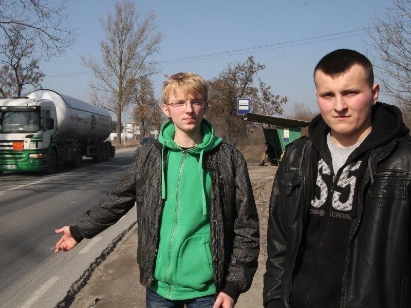 Ulica Piotra Ściegiennego w Kielcach. Konrad Kozak i Damian Rychel – siedemnastolatkowie z Lisowa, pokazują miejsce dramatycznych wydarzeń.
