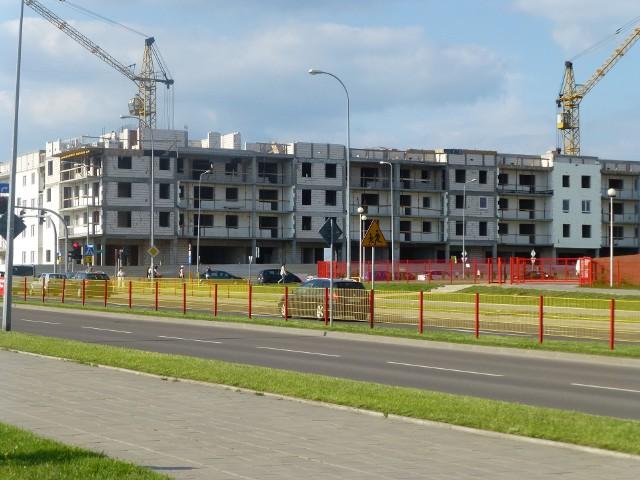 Budowa nowych bloków mieszkalnychZ ofert deweloperów wypadają tzw. dziury w ziemi