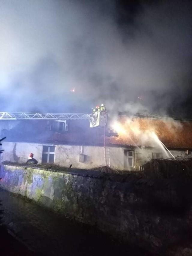 Tragiczny bilans nocnego pożaru w Wydawach w gminie Poniec. W zgliszczach gaszonego domu strażacy znaleźli ciało mężczyzny. Prawdopodobnie próbował uciekać z płonącego pomieszczenia, ale po prostu nie zdążył. Trwa wyjaśnianie okoliczności tragedii. Konieczne jest znalezienie nowego lokum dla trzech rodzin i jednego lokatora.