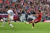 Liga niemiecka. Piękny gol Roberta Lewandowskiego sprzed pola karnego! Bayern rozbił Hoffenheim [WIDEO]