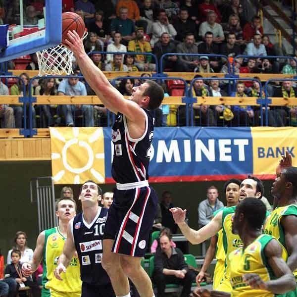 Koszykarze Znicza, choć czasem udawało im się celnie rzucić, w obronie byli fatalni. Nz. w wyskoku Piotr Szczotka.