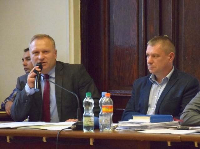 Od lewej: były burmistrz Robert Świerczek, były sekretarz gminy Maciej Tomaszczyk