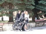 """Środa na planie serialu """"Ojciec Mateusz"""" w Sandomierzu. Żmijewski szalał na rowerze. Tłumy obserwują każdy ruch filmowców [ZDJĘCIA]"""