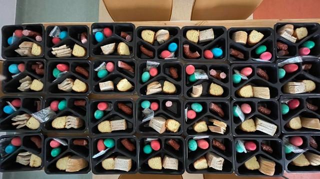 Chleb, sól, farbowane jajka, ciasto, kiełbasa i chrzan. To znajduje się w każdym świątecznym koszyczku. W czwartek od rana pakowano je w siedzibie OHP w Wasilkowie.