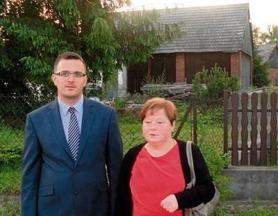 Dawid Styrylski i Janina Olejko przed stodołą, w której przed 70-laty bito piekarzan Fot. Barbara Ciryt