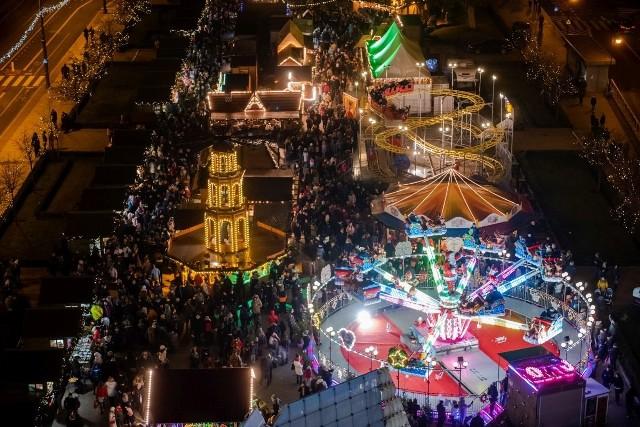 W Poznaniu trwa świąteczny jarmark. W centrum miasta prawdziwe tłumy. Zobacz, co dzieje się na placu Wolności!Przejdź do kolejnych zdjęć --->