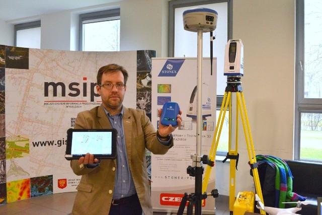 Tomasz Czerski z warszawskiej spółki Czerski Trade Polska prezentował najnowsze urządzenia służące do pomiarów geodezyjnych i kartograficznych, w tym sprzęty GPS czy skanery laserowe.