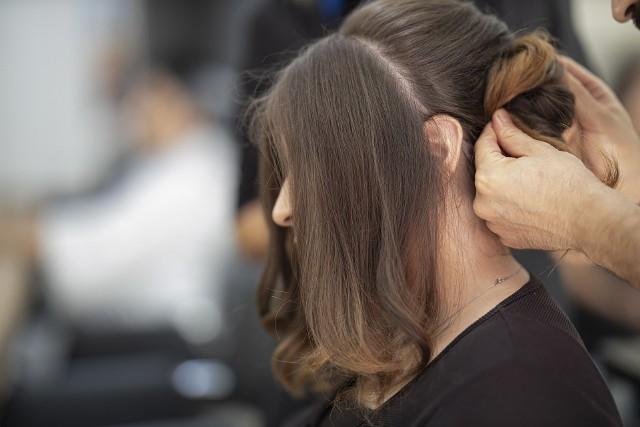 Źle dobrana fryzura może sprawić, że będziemy staro. Które fryzury postarzają najbardziej? Zobacz przykłady na kolejnych zdjęciach >>>