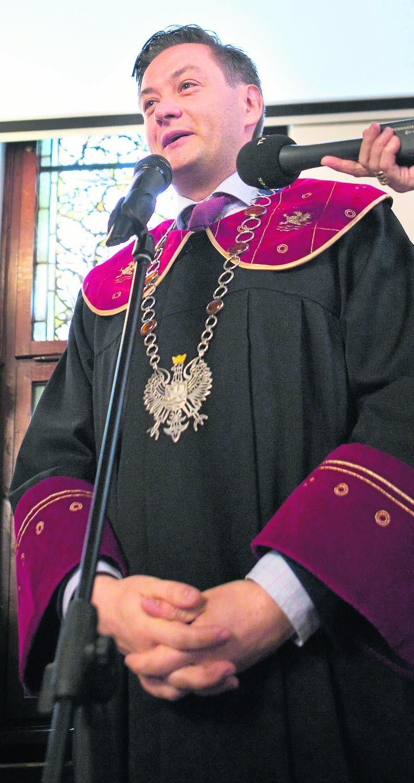 Robert Biedroń nie zadbał o większość w radzie miejskiej i miewa kłopoty z przekonaniem radnych .