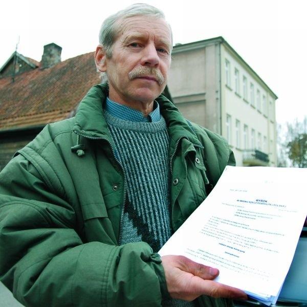 Pan Sławomir zebrał już całą kolekcję dokumentów. Boi się, że niedługo powiększy się ona o dokumentację lekarską.