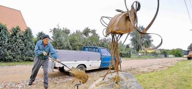 Ryszard Osiński podsypywał teren wokół rzeźb, żeby lepiej się prezentowały na otwarciu Ptasiej Wioski